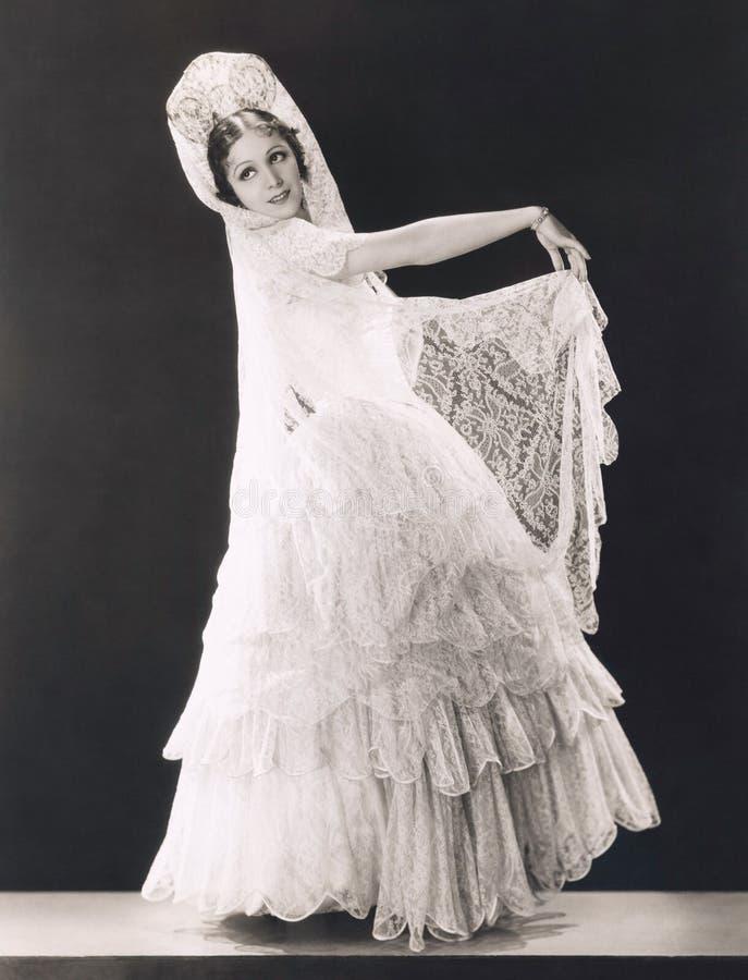 Belleza latina vestida en cordón fotos de archivo