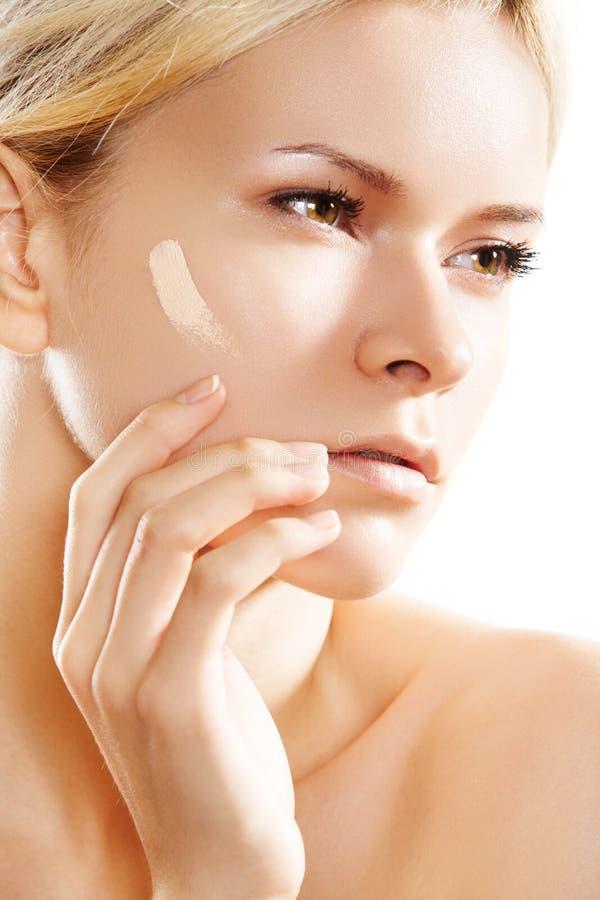 Belleza, maquillaje y cosmético. Tono de la fundación de la piel fotografía de archivo