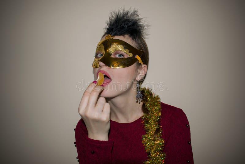 Belleza modelo de la mujer, máscara veneciana del carnaval de la mascarada que lleva en el partido Celebración de la Navidad y de foto de archivo