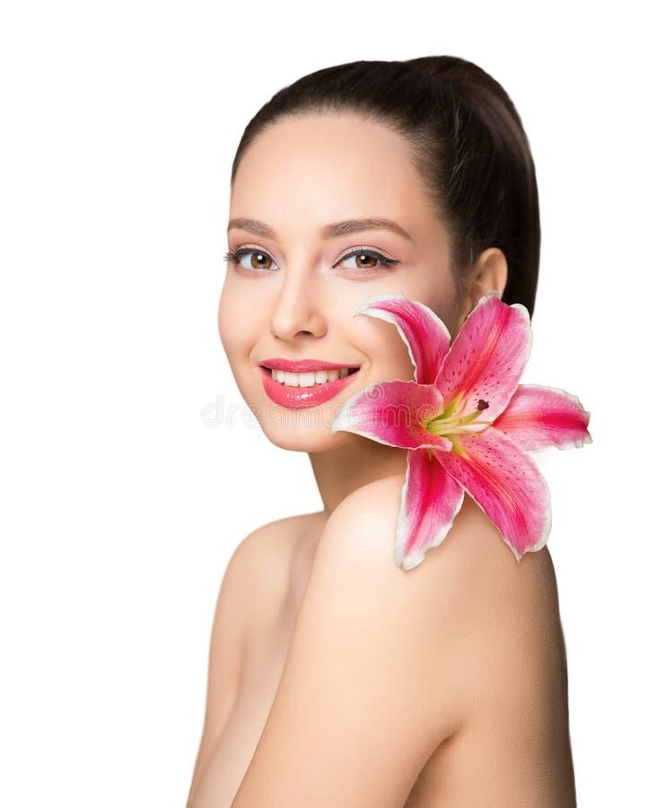Belleza morena con la flor colorida imagen de archivo libre de regalías