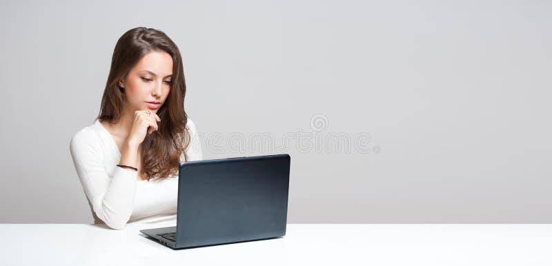 Belleza morena con su ordenador portátil fotografía de archivo libre de regalías
