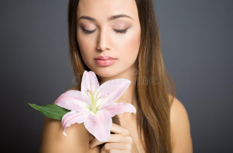 Belleza morena de los cosméticos foto de archivo