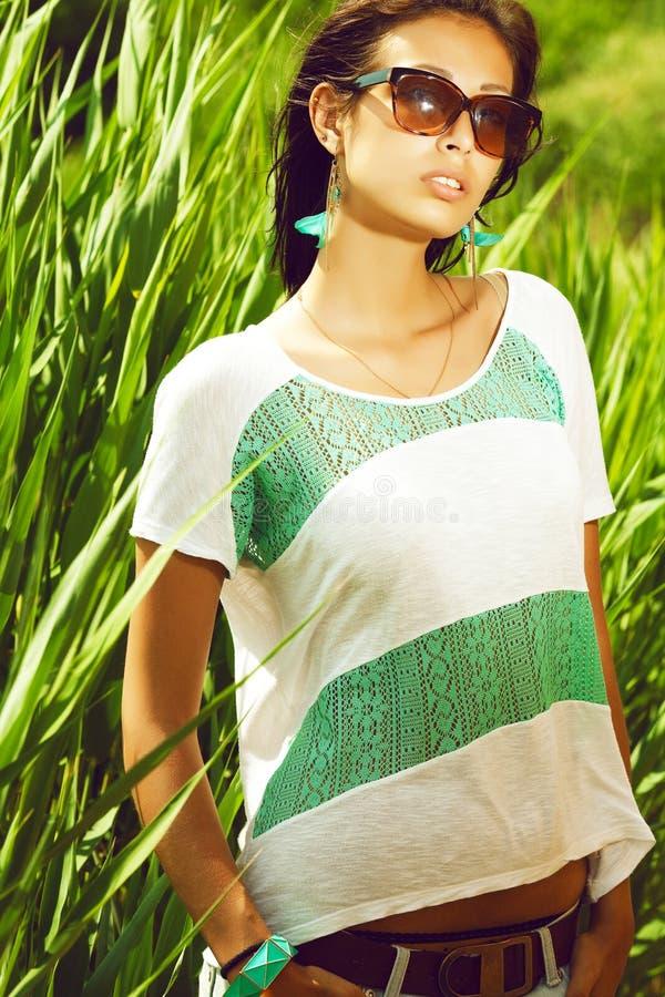 Belleza morena joven atractiva en ropa de moda foto de archivo libre de regalías