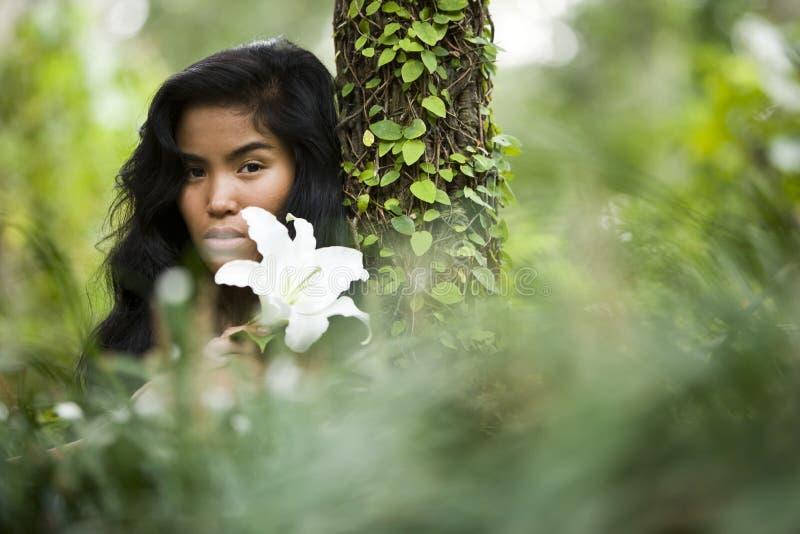 Belleza natural, mujer joven en naturaleza fotos de archivo