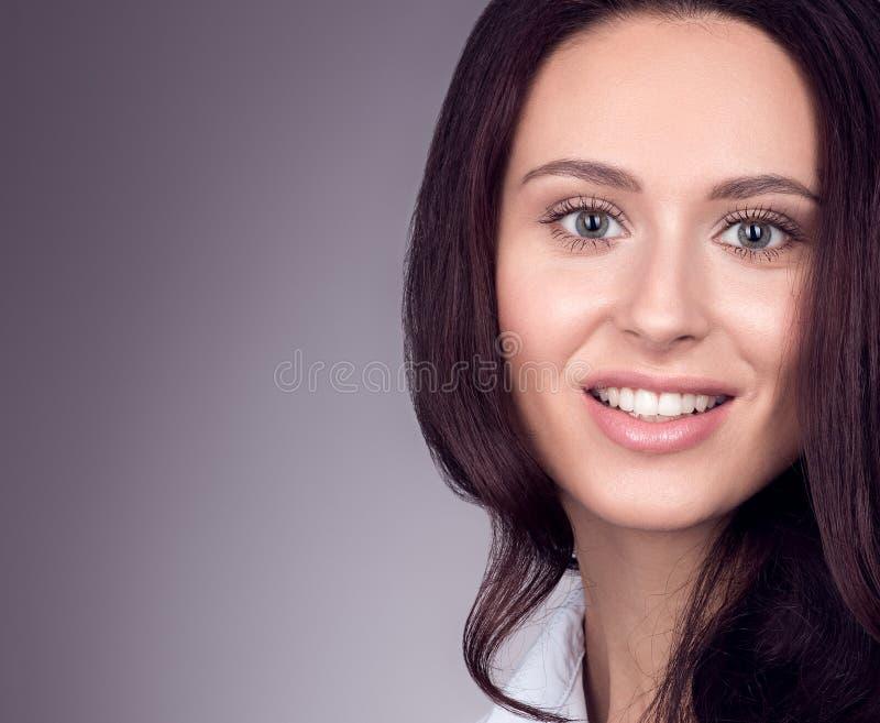 Belleza natural Retrato del primer de una mujer joven Fondo gris neutral fotografía de archivo