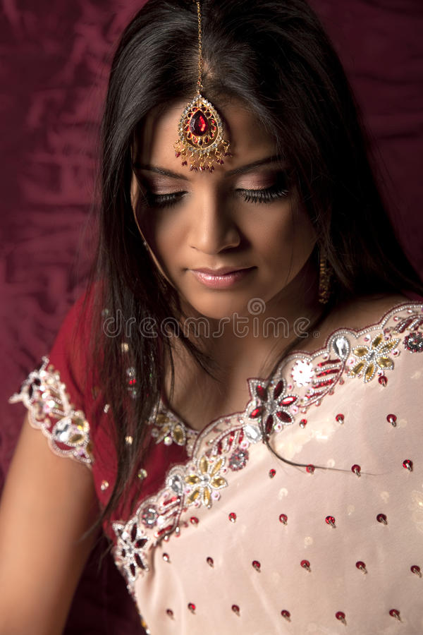 Belleza nupcial india con tikka imagen de archivo