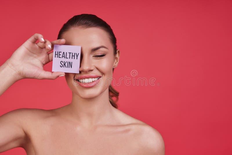 Belleza pura La mujer joven hermosa que sonríe y que guarda observa clo fotografía de archivo libre de regalías