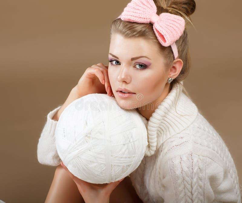 Belleza pura. Mujer en el jersey hecho punto mullido blanco con Hank del hilo fotos de archivo
