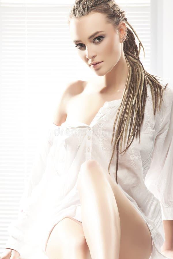 Belleza rubia atractiva con los dreadlocks imagen de archivo