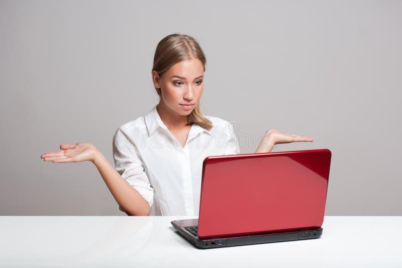 Belleza rubia con el ordenador portátil foto de archivo libre de regalías