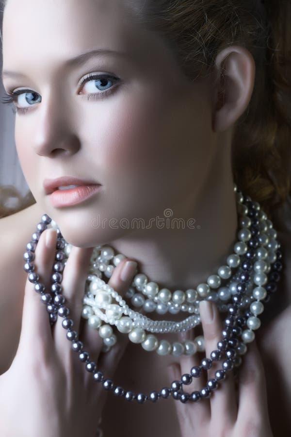 Belleza rubia en perlas fotos de archivo