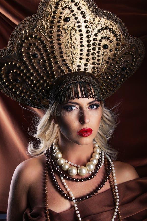 Belleza rusa El llevar femenino atractivo adentro fotos de archivo libres de regalías