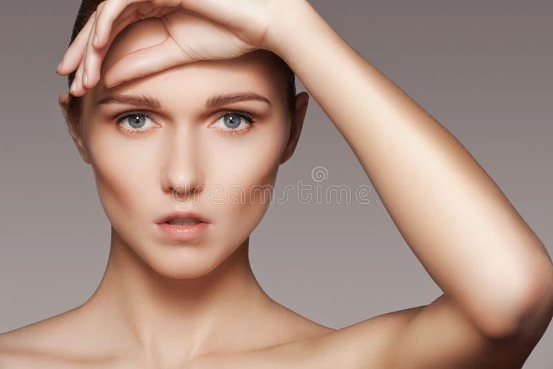 Belleza, skincare y maquillaje natural Cara modelo de la mujer con la piel pura, rostro limpio fotos de archivo libres de regalías