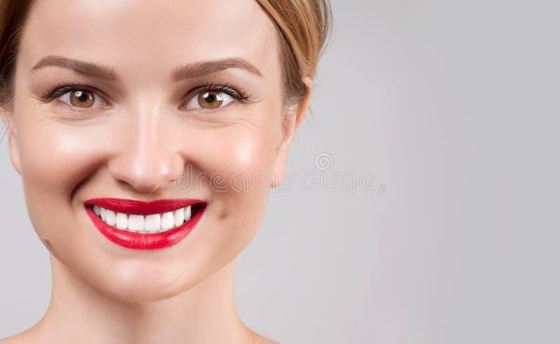 belleza Sonrisa femenina perfecta después de blanquear los dientes foto de archivo