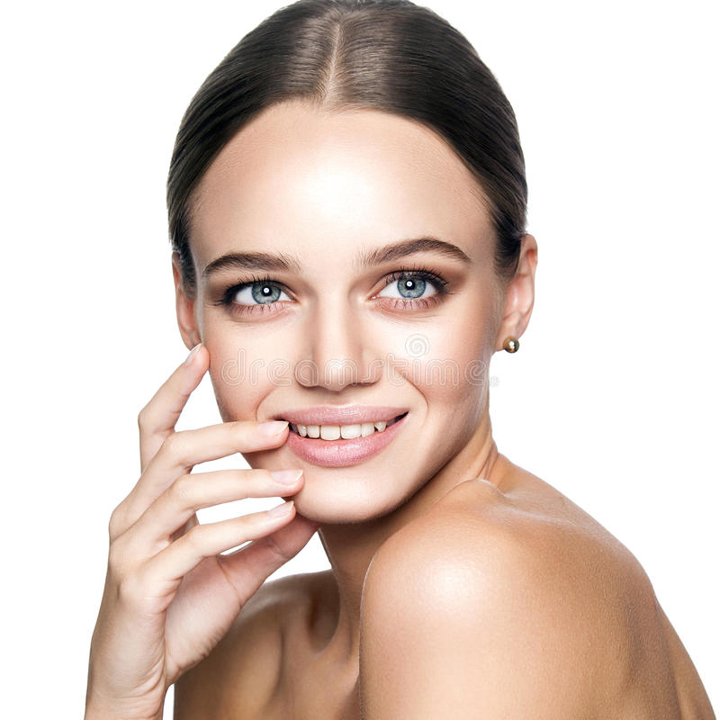 Belleza tranquila Retrato de la mujer rubia joven hermosa con maquillaje desnudo, los ojos azules, el peinado y la cara limpia fotos de archivo libres de regalías