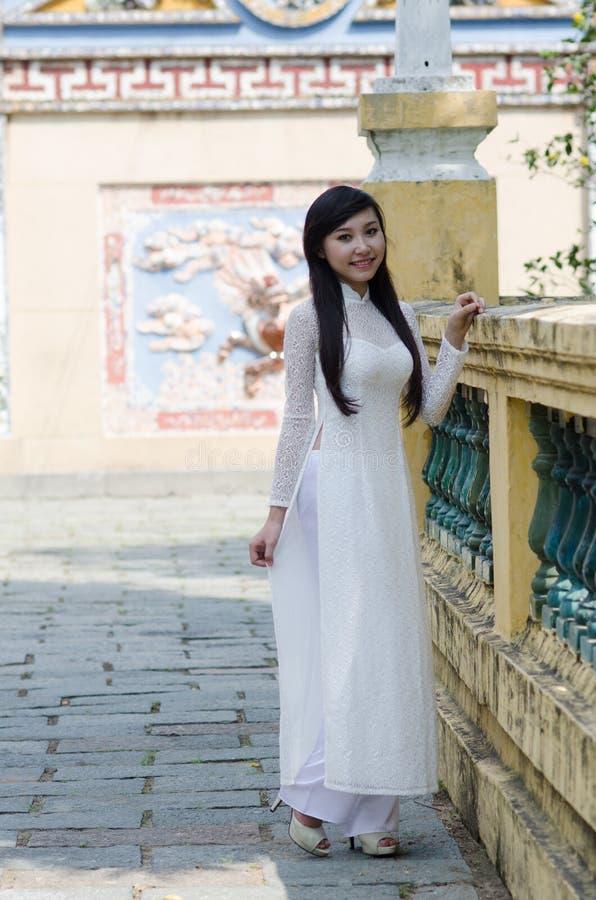 Belleza vietnamita en largo-vestido fotos de archivo libres de regalías