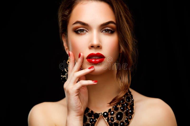 Belleza Woman modelo con el pelo ondulado largo de Brown imagen de archivo