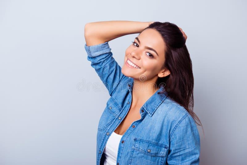 Belleza y concepto de la salud La señora bastante latina del mulato de los jóvenes está a imagen de archivo