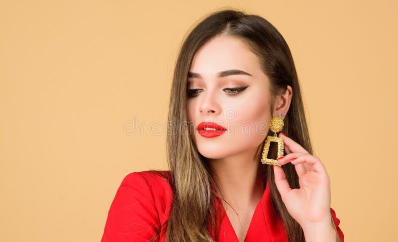 Belleza y moda Pendientes de la joyer?a Muchacha en chaqueta roja belleza del pelo y sal?n del peluquero Retrato de la moda de el imagenes de archivo