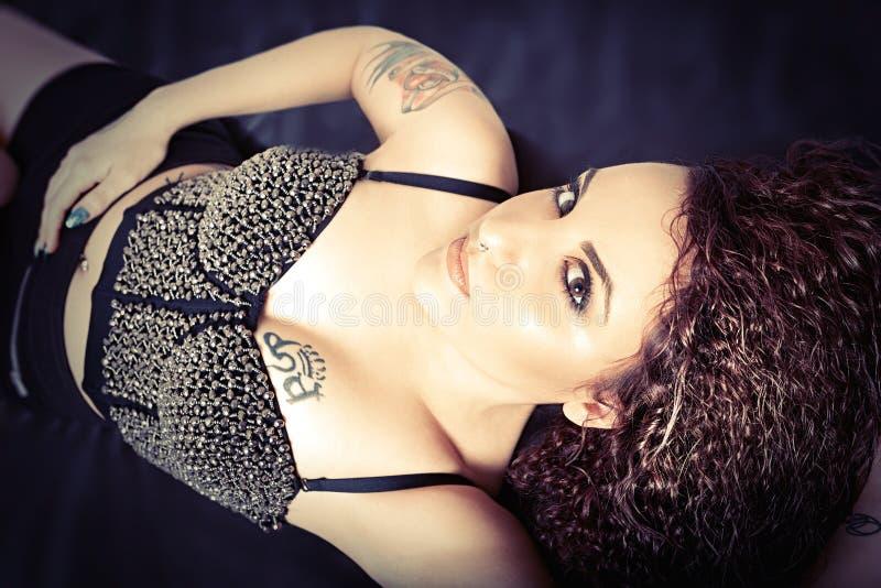Belleza y muchacha modelo joven atractiva Peinado del estilo, pelo ondulado imágenes de archivo libres de regalías