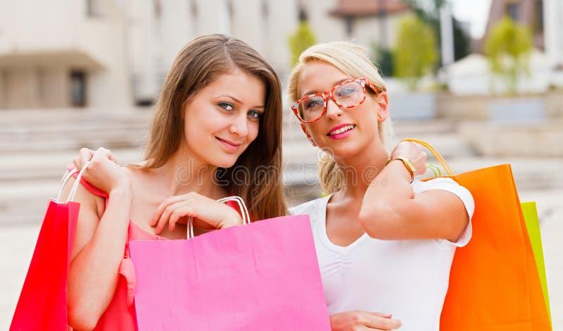 Bellezas en las compras de la ciudad imagen de archivo libre de regalías