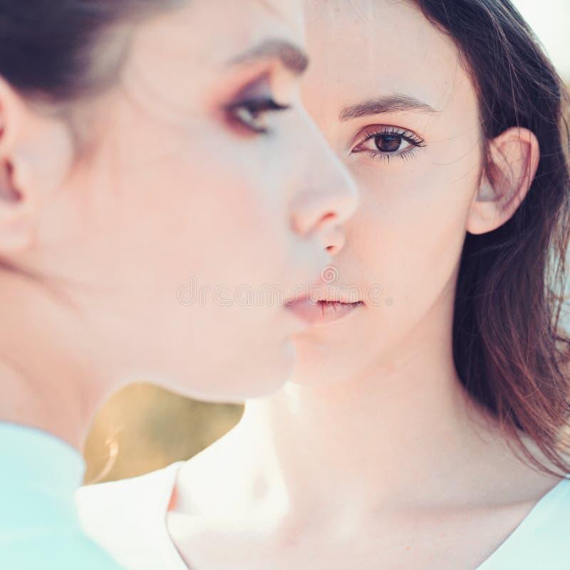 Bellezas femeninas puras Muchachas lindas con la piel sana joven Mujeres adorables Mujeres bonitas con maquillaje natural travies imagen de archivo libre de regalías