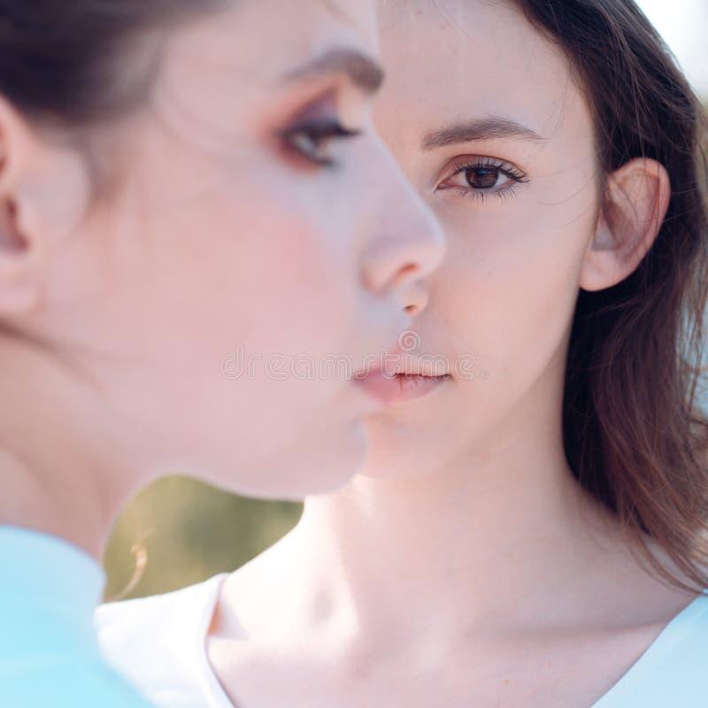 Bellezas femeninas puras Muchachas lindas con la piel sana joven Mujeres adorables Mujeres bonitas con maquillaje natural travies fotografía de archivo libre de regalías