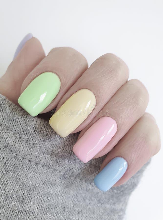 Bellezza alla moda del maglione dell'abbigliamento del manicure colorata mano femminile fotografia stock libera da diritti