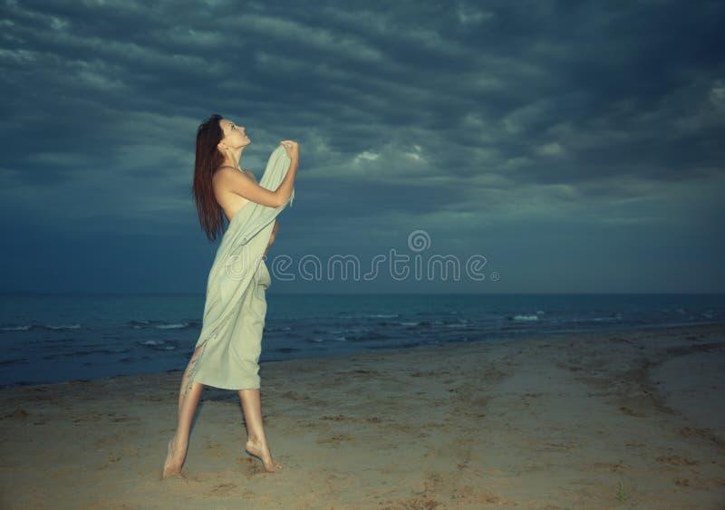 Bellezza alla spiaggia di notte immagine stock