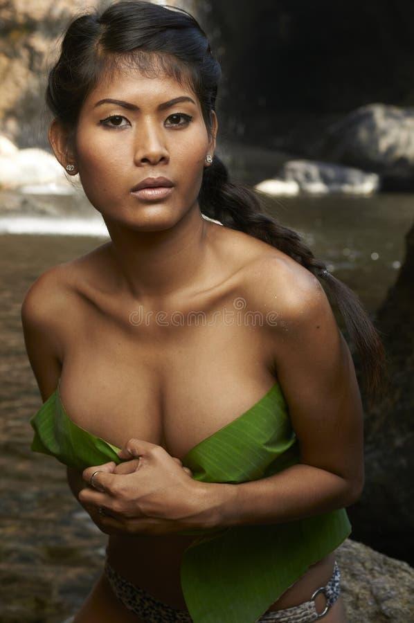 Bellezza asiatica alla cascata della giungla immagine stock