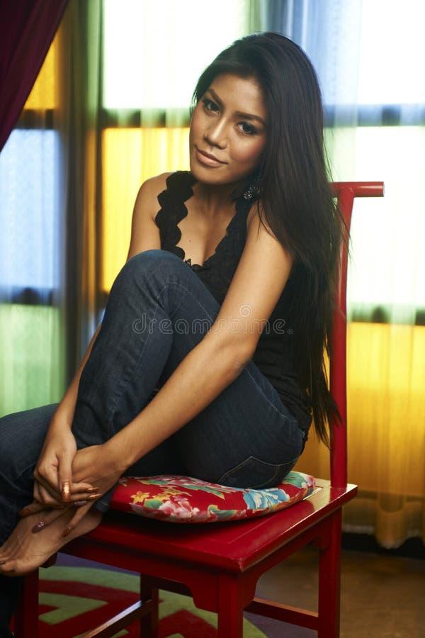 Bellezza asiatica alla finestra fotografie stock libere da diritti