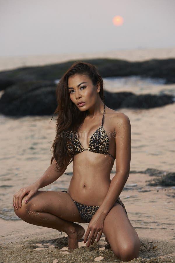 Bellezza asiatica alla spiaggia fotografia stock libera da diritti
