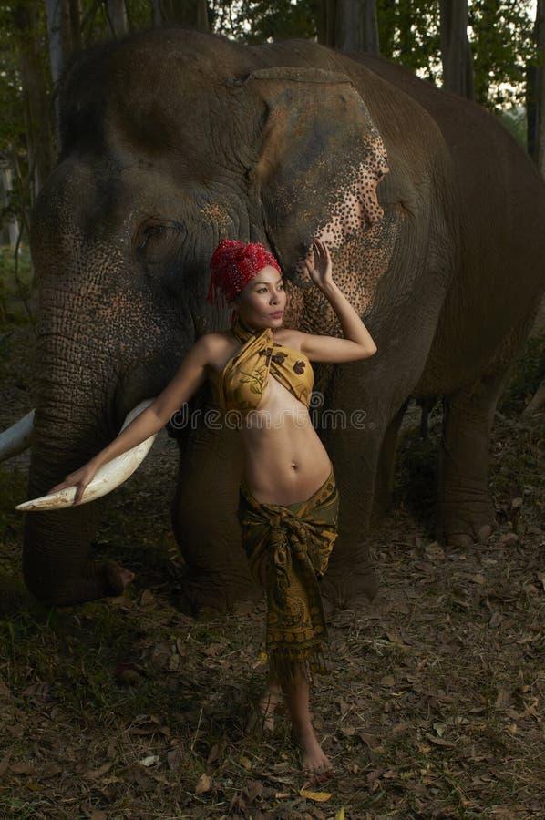 Bellezza asiatica con l'elefante amichevole fotografie stock