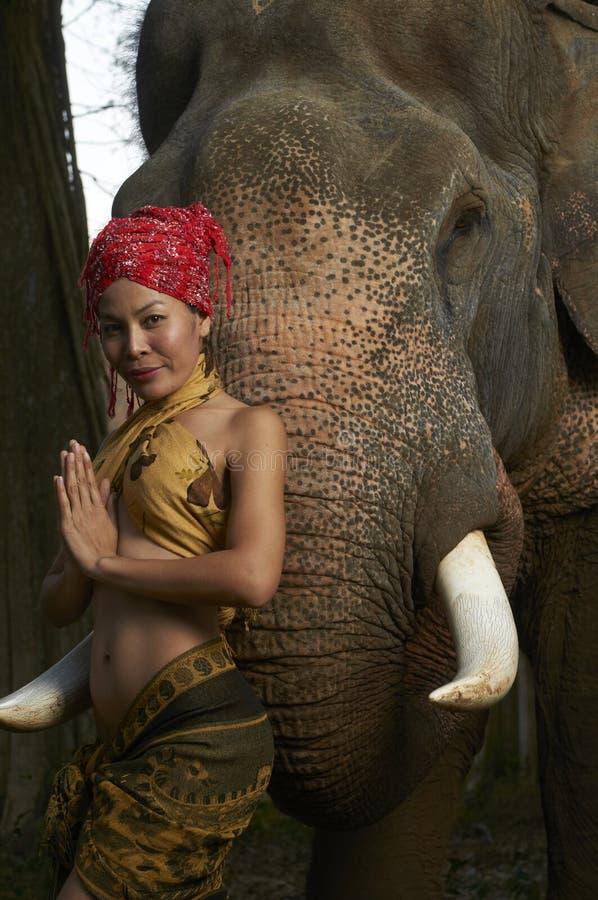 Bellezza asiatica con l'elefante amichevole fotografia stock