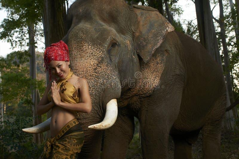 Bellezza asiatica con l'elefante amichevole immagine stock libera da diritti