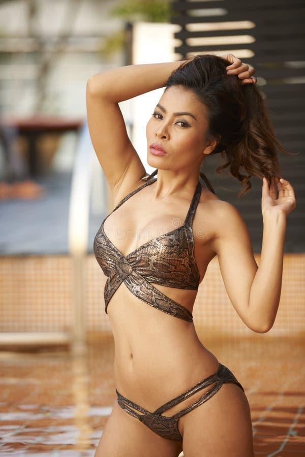 Bellezza asiatica in stagno immagine stock