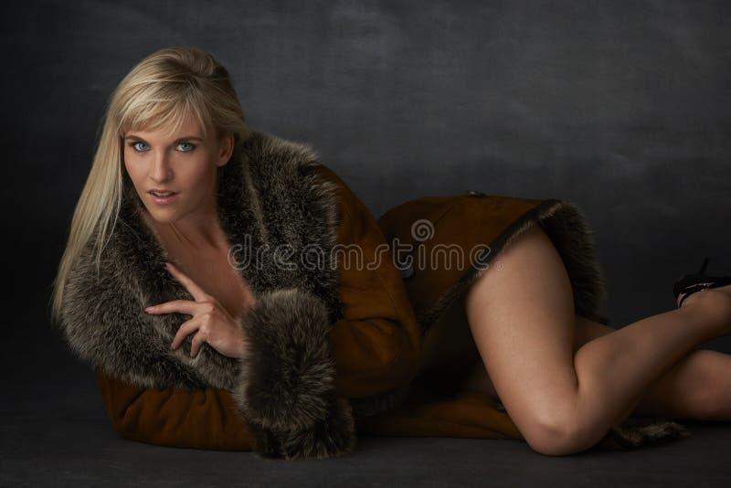 Bellezza bionda in pelliccia immagine stock
