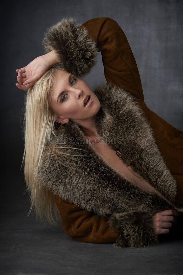 Bellezza bionda in pelliccia fotografia stock
