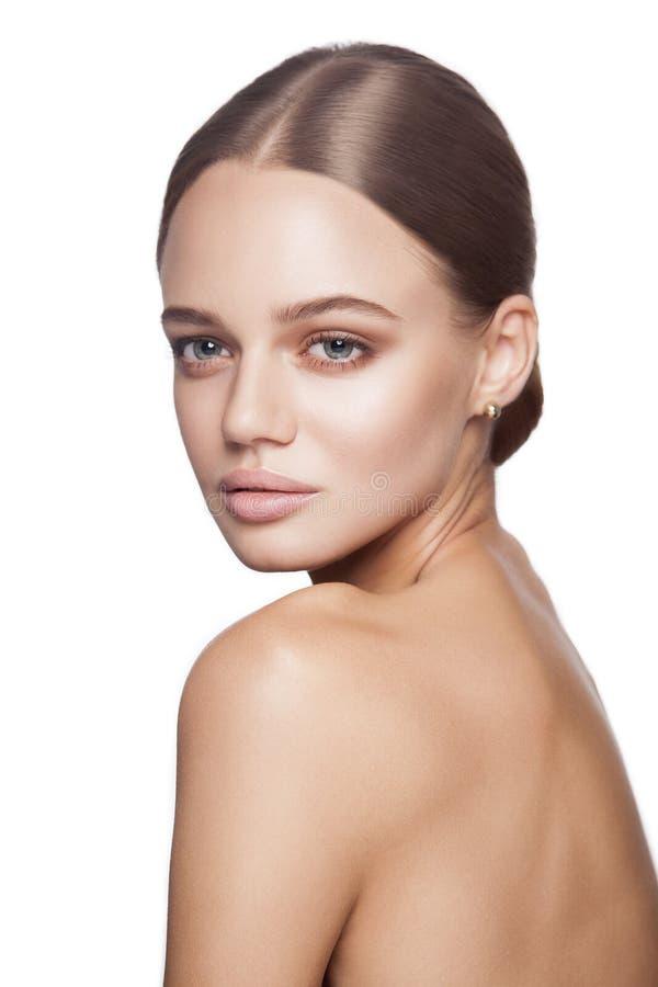 Bellezza calma Ritratto di bella giovane donna bionda con trucco nudo, gli occhi azzurri, l'acconciatura ed il fronte pulito immagini stock