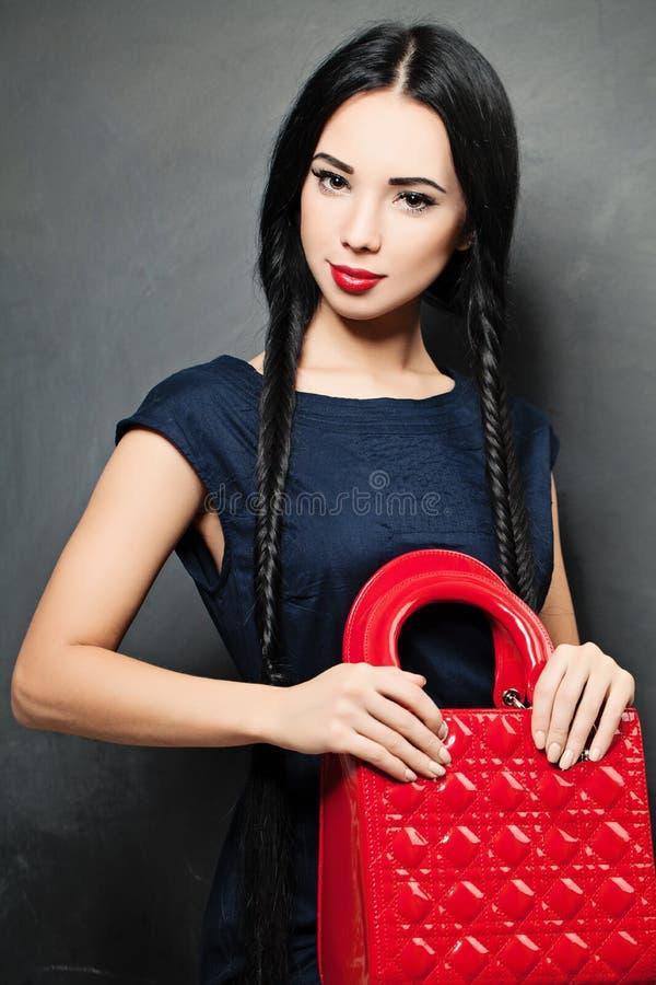 Bellezza castana di modo attraente con la borsa fotografia stock libera da diritti