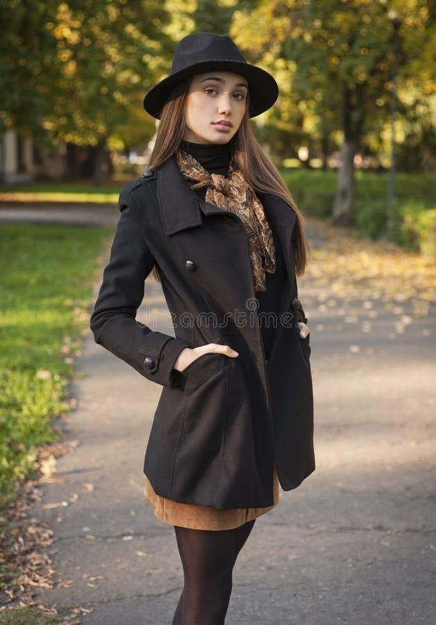 Bellezza castana in vestiti di autunno immagini stock