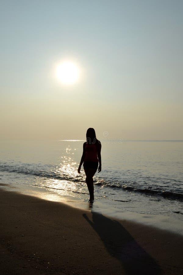 Bellezza che cammina sulla spiaggia immagine stock libera da diritti