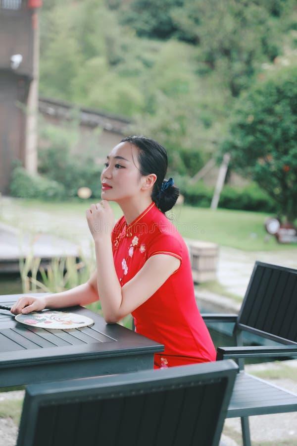Bellezza cinese orientale orientale asiatica della donna nel cheongsam rosso del costume antico tradizionale del vestito di vecch immagini stock