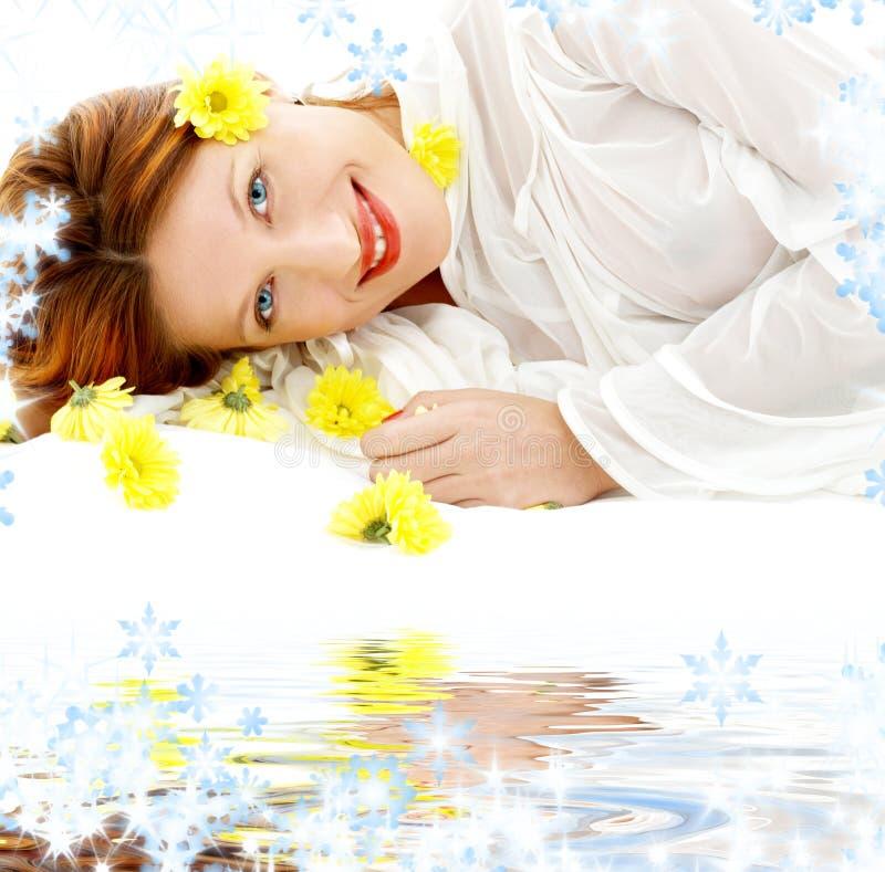 Bellezza con i fiori gialli sulla sabbia bianca immagini stock libere da diritti