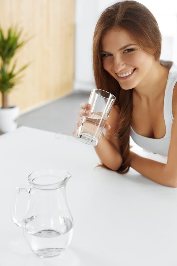 Bellezza, concetto di dieta Acqua potabile sorridente felice della donna salute immagini stock libere da diritti