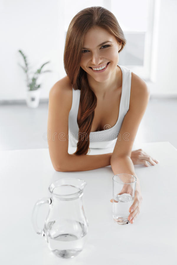 Bellezza, concetto di dieta Acqua potabile sorridente felice della donna salute fotografie stock libere da diritti