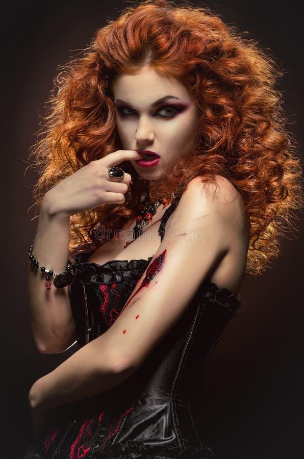 Bellezza dai capelli rossi gotica fotografia stock