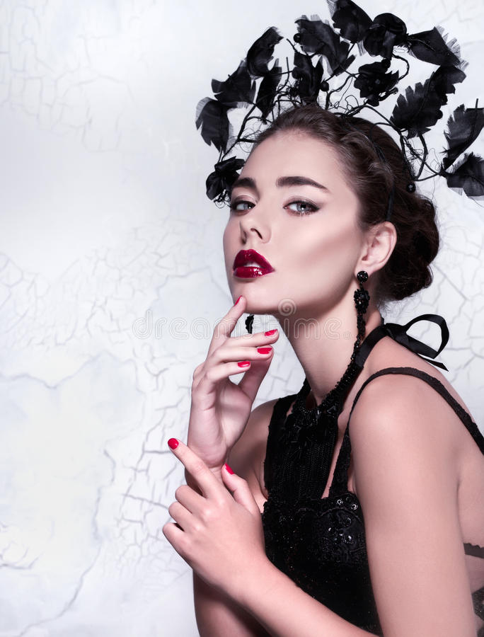 Bellezza del primo piano/ritratto creativi di modo di bella ragazza che indossa attrezzatura e gli accessori alla moda insoliti immagini stock libere da diritti