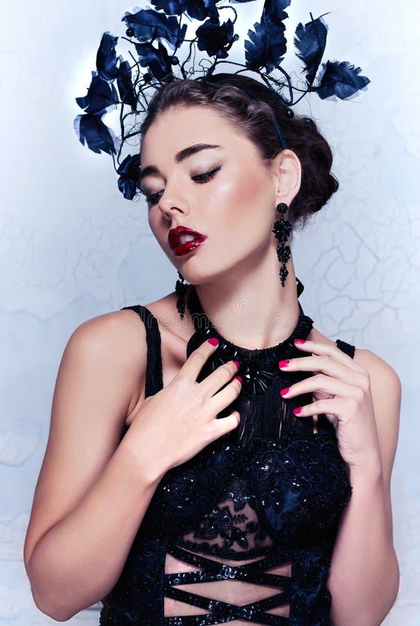 Bellezza del primo piano/ritratto di modo di bella ragazza caucasica che indossa attrezzatura insolita immagine stock libera da diritti