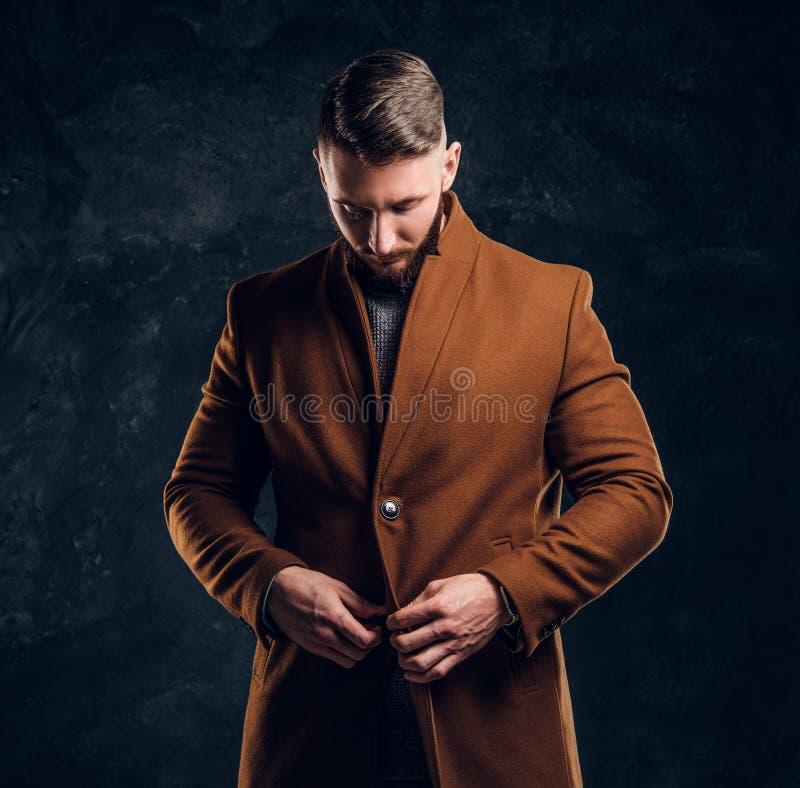 Bellezza del ` s degli uomini, modo stagionale Uomo alla moda vestito che abbottona il suo cappotto di demi-stagione Foto dello s immagini stock libere da diritti